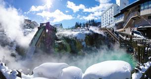 冬の湯畑の写真素材 [FYI01263619]