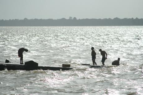 アマゾン河で水浴びする男たちの写真素材 [FYI01263674]