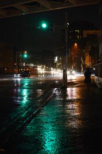 雨降りの都会の交差点の写真素材 [FYI01263733]