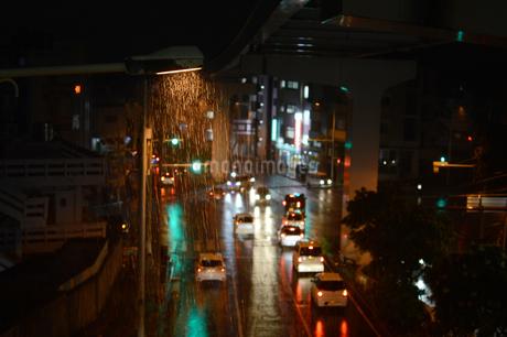 雨降りの都会の交差点の写真素材 [FYI01263734]