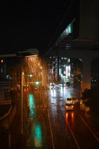 雨降りの都会の交差点の写真素材 [FYI01263735]