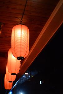 雨降りの居酒屋の軒先にぶら下がる提灯の写真素材 [FYI01263738]