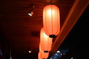 雨降りの居酒屋の軒先にぶら下がる提灯の写真素材 [FYI01263739]