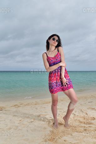 宮古島/前浜ビーチでポートレート撮影の写真素材 [FYI01263842]