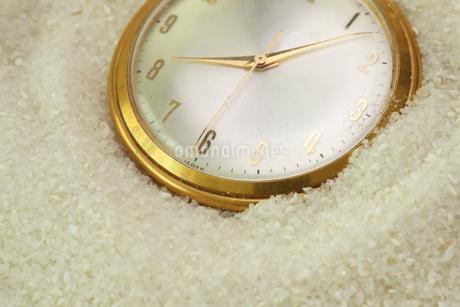 砂に埋もれる懐中時計の写真素材 [FYI01263894]