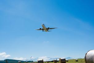 牧草ロールとジェット旅客機の写真素材 [FYI01263913]