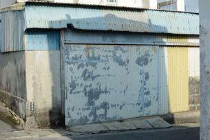 向かいの建物の影と倉庫の入り口が重ねっているの写真素材 [FYI01263967]
