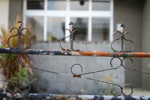 錆びて破損した門の写真素材 [FYI01263971]