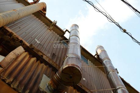 赤錆びたトタンの壁と煙突の写真素材 [FYI01263990]