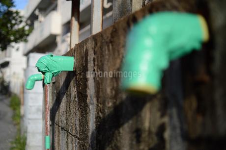 使えなくなって緑のテープが巻かれたパイプの写真素材 [FYI01263995]