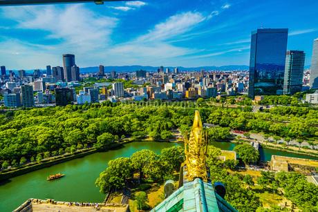 大阪城から見えるしゃちほこと大阪の街並みの写真素材 [FYI01264109]