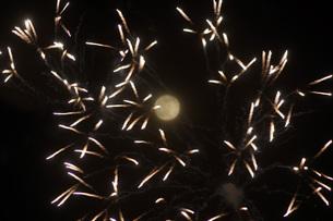 花火と月の写真素材 [FYI01264184]