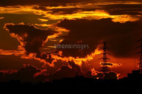 夕暮れの雲と鉄塔の写真素材 [FYI01264187]