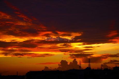 夕暮れの雲と鉄塔の写真素材 [FYI01264188]