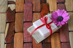 石鹸のプレゼントの写真素材 [FYI01264224]