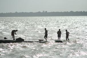 アマゾン河で水浴びする男たちの写真素材 [FYI01264228]