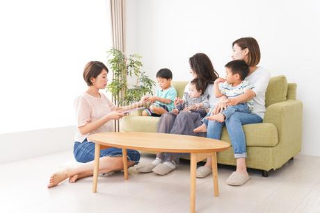 室内で楽しく遊ぶ子供とお母さんの写真素材 [FYI01264589]