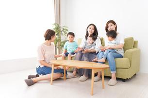 室内で楽しく遊ぶ子供とお母さんの写真素材 [FYI01264590]