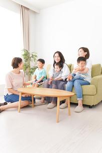 室内で楽しく遊ぶ子供とお母さんの写真素材 [FYI01264591]