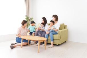 室内で楽しく遊ぶ子供とお母さんの写真素材 [FYI01264592]