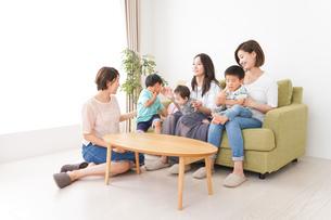 室内で楽しく遊ぶ子供とお母さんの写真素材 [FYI01264593]
