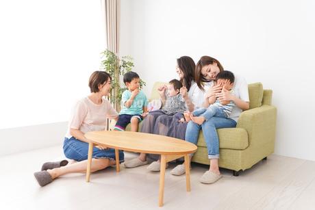 室内で楽しく遊ぶ子供とお母さんの写真素材 [FYI01264594]