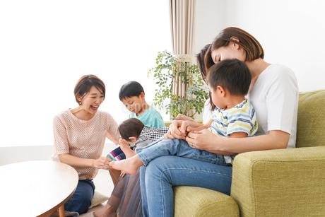 室内で楽しく遊ぶ子供とお母さんの写真素材 [FYI01264595]