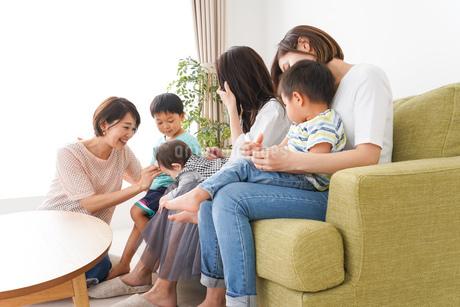 室内で楽しく遊ぶ子供とお母さんの写真素材 [FYI01264596]
