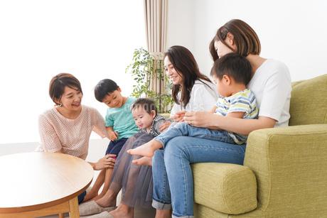 室内で楽しく遊ぶ子供とお母さんの写真素材 [FYI01264597]