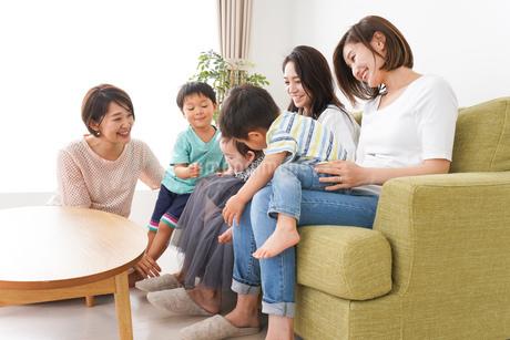 室内で楽しく遊ぶ子供とお母さんの写真素材 [FYI01264598]