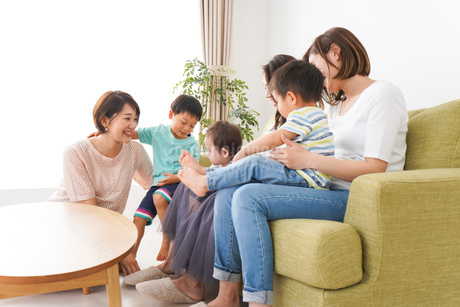 室内で楽しく遊ぶ子供とお母さんの写真素材 [FYI01264600]