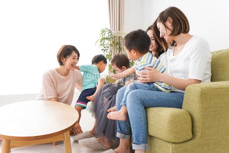 室内で楽しく遊ぶ子供とお母さんの写真素材 [FYI01264601]