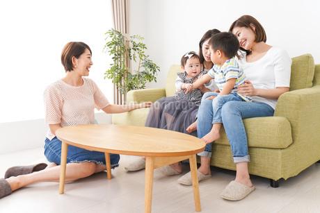 室内で楽しく遊ぶ子供とお母さんの写真素材 [FYI01264603]