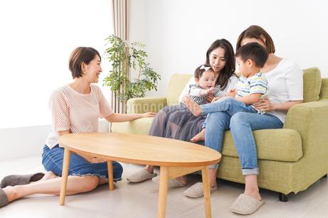 室内で楽しく遊ぶ子供とお母さんの写真素材 [FYI01264604]