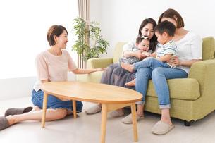 室内で楽しく遊ぶ子供とお母さんの写真素材 [FYI01264605]