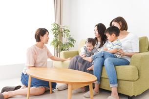 室内で楽しく遊ぶ子供とお母さんの写真素材 [FYI01264606]