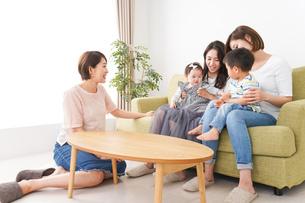 室内で楽しく遊ぶ子供とお母さんの写真素材 [FYI01264607]