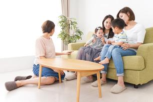 室内で楽しく遊ぶ子供とお母さんの写真素材 [FYI01264608]
