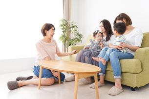 室内で楽しく遊ぶ子供とお母さんの写真素材 [FYI01264609]