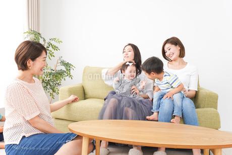 室内で楽しく遊ぶ子供とお母さんの写真素材 [FYI01264610]