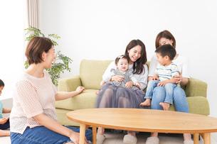 室内で楽しく遊ぶ子供とお母さんの写真素材 [FYI01264611]