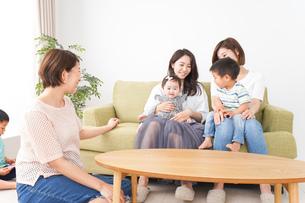 室内で楽しく遊ぶ子供とお母さんの写真素材 [FYI01264612]