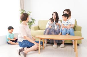 室内で楽しく遊ぶ子供とお母さんの写真素材 [FYI01264613]