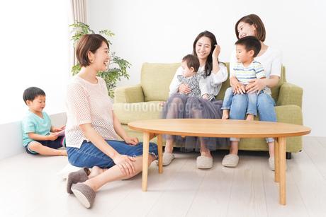 室内で楽しく遊ぶ子供とお母さんの写真素材 [FYI01264614]