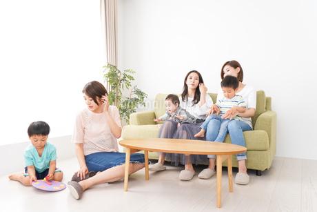 室内で楽しく遊ぶ子供とお母さんの写真素材 [FYI01264615]