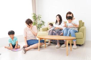 室内で楽しく遊ぶ子供とお母さんの写真素材 [FYI01264616]