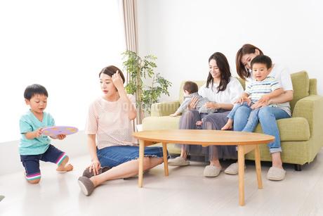 室内で楽しく遊ぶ子供とお母さんの写真素材 [FYI01264617]