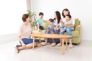 室内で楽しく遊ぶ子供とお母さんの写真素材 [FYI01264618]