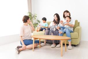 室内で楽しく遊ぶ子供とお母さんの写真素材 [FYI01264619]