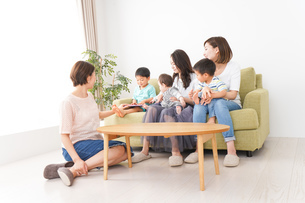 室内で楽しく遊ぶ子供とお母さんの写真素材 [FYI01264621]